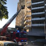 Die Löscharbeiten in der Reginharstraße im Stadtteil Bockenberg.